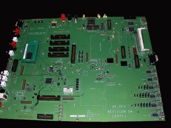 15528_l-image-du-jour-un-prototype-d-iphone-grand-comme-un-macbook-air
