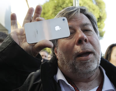 steve-wozniak-iphone-4s-white